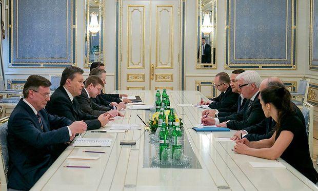 Zähe Verhandlungen: Die EU-Troika (r.) mit dem ukrainischen Präsidenten Janukowitsch