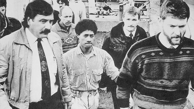Raymond Ratima (Mitte) währen des Prozesses gegen ihn 1992