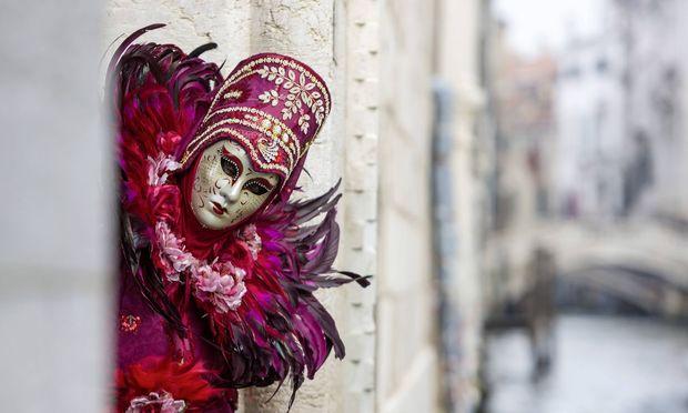 Am 12. Februar 1339 verbot der Große Rat der Seerepublik ganzjährig das Tragen von Masken.