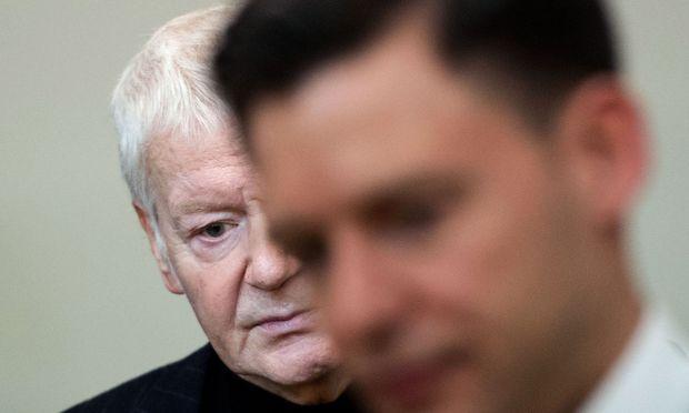 Anton Schlecker zu Beginn des Prozesses neben seinem Anwalt Maximilian Heiß