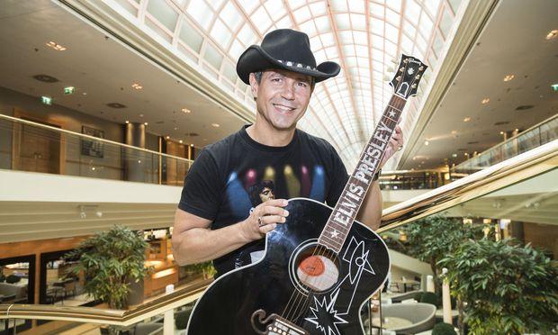 Organisator Wolf Memphis mit der Black-Signature-Elvis-Gitarre im Wiener Marriott, wo am Mittwoch die Elvis Week Vienna startet.