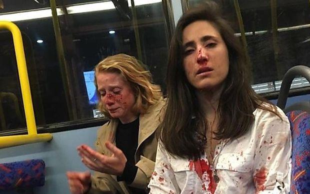 Die beiden Frauen wurden von mindestens vier Männern in einem Londoner Nachtbus verprügelt.