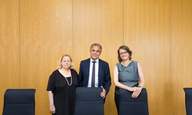 Einigungsrichterinnen Kleindienst und Thau (v. l.) mit OLG-Chef Jelinek.
