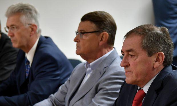 Hofrat Eduard Paulus, Ex-LHStv. Othmar Raus und Bürgermeister Heinz Schaden (v.l.n.r.) zu Beginn des Prozesstages am Freitag