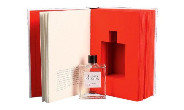 Im Auftrag des Kunstbuchverlages Steidl interpretierte Geza Schön den Geruch von Papier parfumistisch.