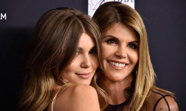 Loughlin und ihr Ehemann sollen 500.000 Dollar gezahlt haben, um seine beiden Töchter als vermeintliche Ruderinnen an der renommierten USC-Universität in Kalifornien unterzubringen.