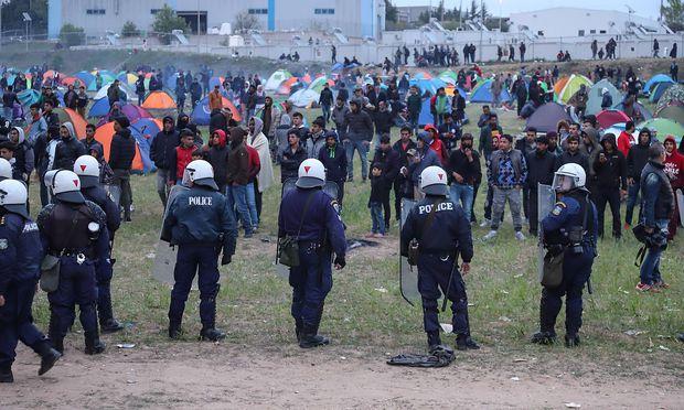 Die Konfrontationen zwischen Migranten und Sicherheitskräften nahe Thessaloniki drohen auszuufern
