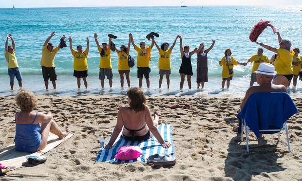 Die Bewohner von Barcelona fühlen sich gestört – und stören nun ihrerseits die Touristen beim Sonnenbad.
