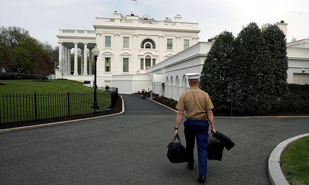Ein US-Militär transportiert die Codes für die Atombombe ins Weiße Haus. / Bild: (c) REUTERS (Yuri Gripas)