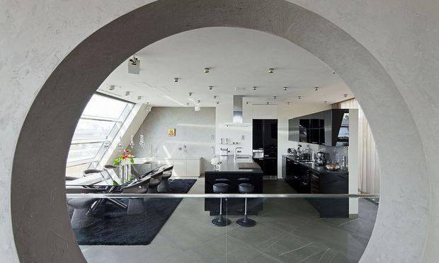 Futuristisch anmutender Wohnraum in Schwarz-Weiß.