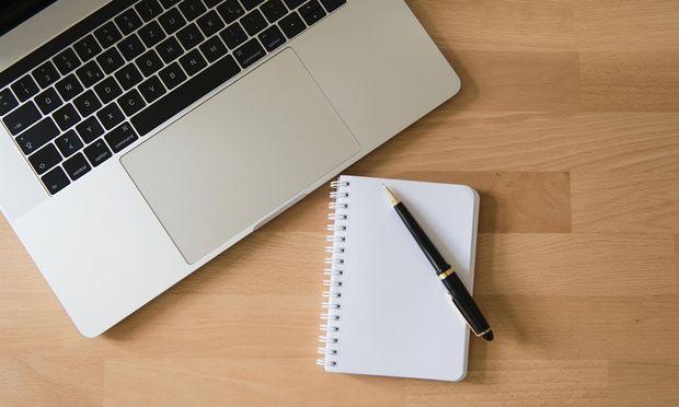 Viele plagen sich im Beruf beim Verfassen von Texten. Schreibkurse versprechen Abhilfe.