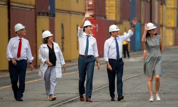 Kanadas Premierminister, Justin Trudeau, und EU-Ratspräsident Donald Tusk (M.) in Montreal.