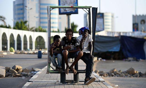 Ausharren für die Revolution. Demonstranten vor dem Armeehauptquartier in Khartum.