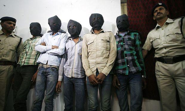 Fünf Männer werden verdächtigt, eine Schweizerin vergewaltigt und ausgeraubt zu haben.
