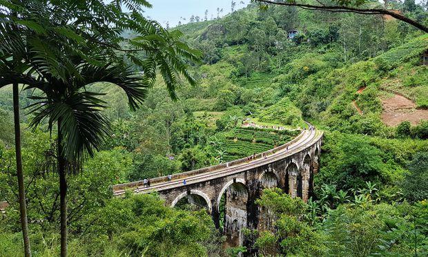 Aussicht. Eine aufregende Bahnstrecke führt durch Sri Lankas Hochland.