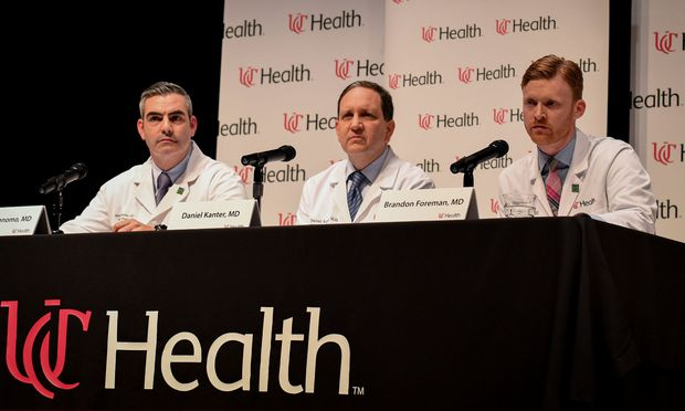Dr. Jordan Bonomo, Dr. Daniel Kanter, Dr. Brandon Forman informieren über den Zustand von Otto Warmbier