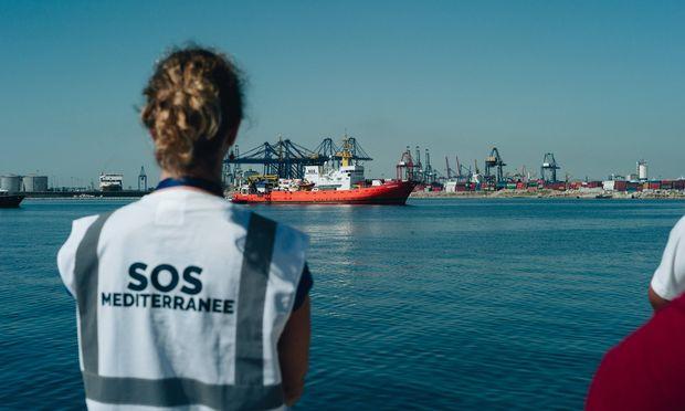Helfer warteten im Hafen von Valencia auf die Passagiere des Rettungsschiffs Aquarius.