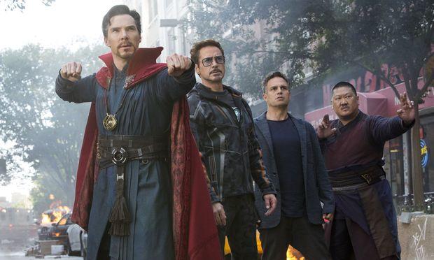 Vereint: Doctor Strange (Benedict Cumberbatch), Iron Man/Tony Stark (Robert Downey Jr.), Bruce Banner/Hulk (Mark Ruffalo) und Wong (Benedict Wong). / Bild: (c) Marvel Studios