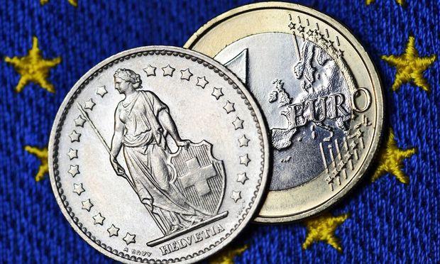 Schweizer Franken und Euro auf EU Fahne Beendigung des Franken Mindestkurses zum Euro