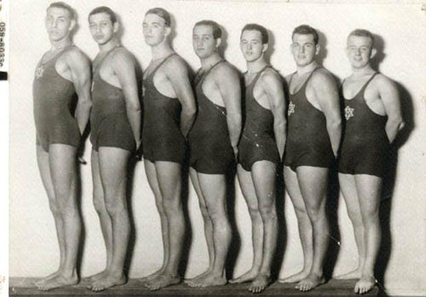Torbergs siegreiches Wasserballteam: Torberg ist der zweite von links