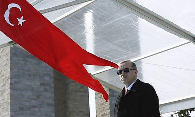 Mit Erdogan ist nicht gut Köfte essen. handout photo shows Turkish President Erdogan attending a ceremony to mark the 101st anniversary of Battle of Canakkale, as part of the WWI Gallipoli campaign, in Canakkale