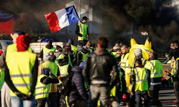 """Seit Samstag protestieren die """"gilets jaunes"""" quer durch Frankreich gegen höhere Spritpreise – und gegen Präsident Macron."""