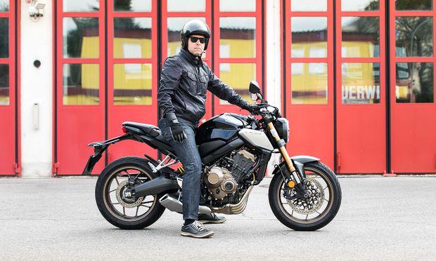 """Die Honda CB650R in Graphite Black – und ihr """"Presse""""-Testfahrer."""