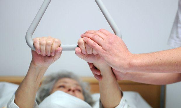 Symbolbild: Eine Patientin, die gepflegt wird
