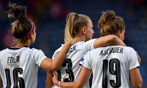 Die ÖFB-Teamspielerinnen Jasmin Eder, Virginia Kirchberger und Verena Aschauer