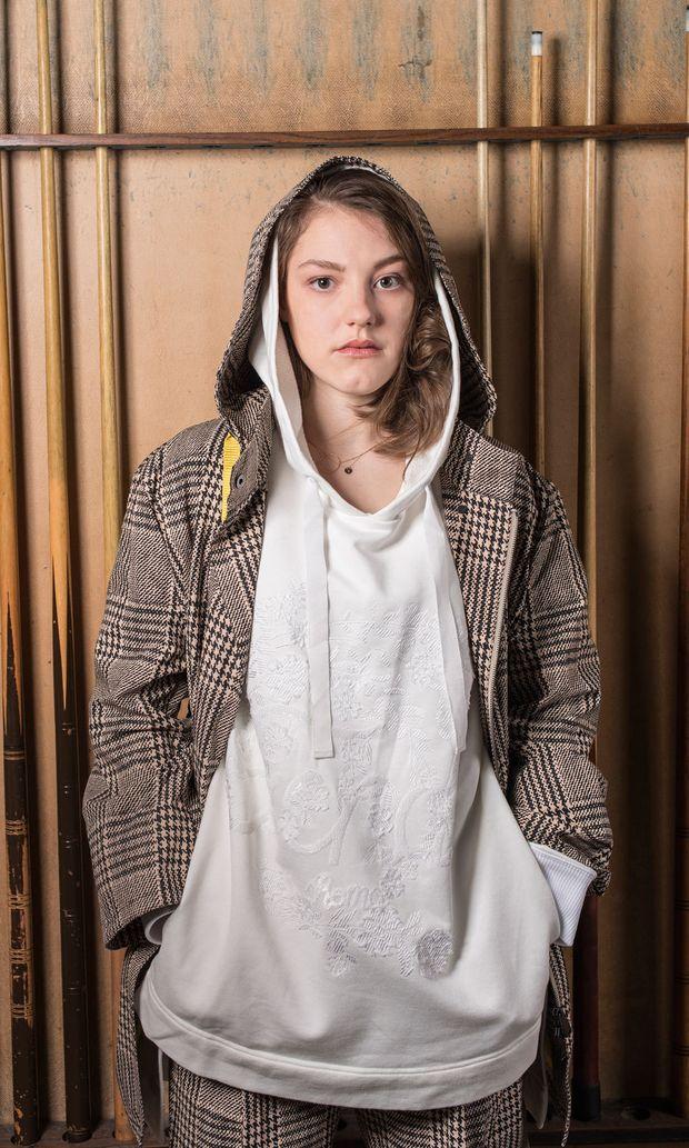 Sophie Stockinger trägt einen Hoody, eine Hose und eine Jacke von Fendi.
