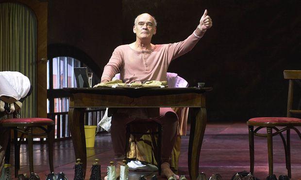 """Welchen Schuh ziehe ich mir heute an? Hans-Michael Rehberg (1938−2017) dominierte fast jede Aufführung.  2000 spielte er im  Theater in der Josefstadt den Artisten Karl in Thomas Bernhards Künstlerdrama """"Der Schein trügt""""."""