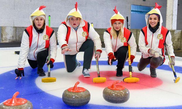 """Marlene Morreis, Veronika Polly, Katharina Straßer und Maddalena Hirschal treten als """"Chicken Nugget Queens"""" beim Curling an."""