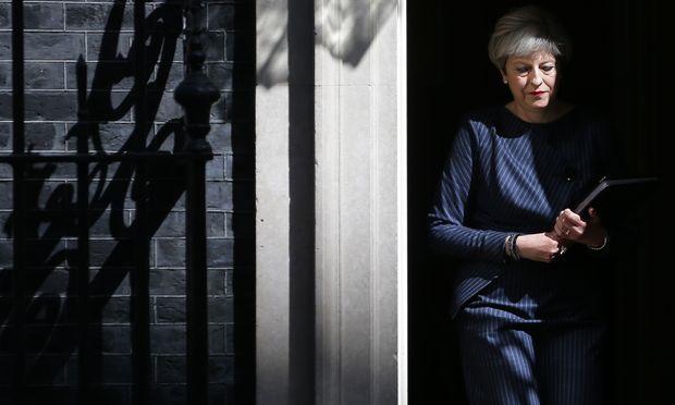 Die britische Premierministerin, Theresa May, vor ihrem Statement am Dienstag in der Downing Street. Seit ihrem Amtsantritt im Juli 2016 hat sie Neuwahlen mehrfach dezidiert abgelehnt.