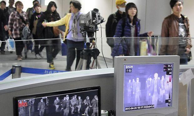 Wärmekameras am Flughafen Taoyuan in Taiwan sollen dabei helfen, erkrankte Personen zu erkennen. Die neue Vogelgrippe A(H7N9) ist erstmals außerhalb Chinas aufgetreten.