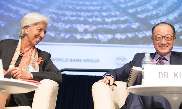 Erleichtertes Lachen: IWF-Chefin Christine Lagarde (l.) und Weltbank-Chef Jim Yong Kim können bessere Zahlen verkünden.