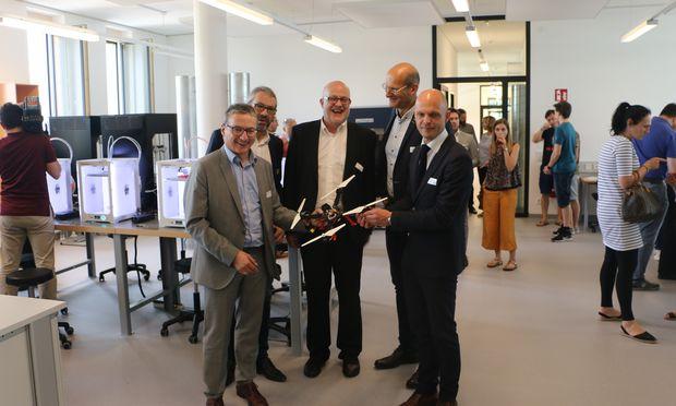 Eröffneten gemeinsam das neue Smart Lab der FH Kärnten in Klagenfurt: (v.l.n.r) Erich Hartlieb, Siegfried Spanz, Geschäftsführer FH Kärnten, Hans Schönegger, Geschäftsführer Babeg, Projektleiter Roland Willmann, Robert Klinglmair, Bildungsdirektor für Kärnten.