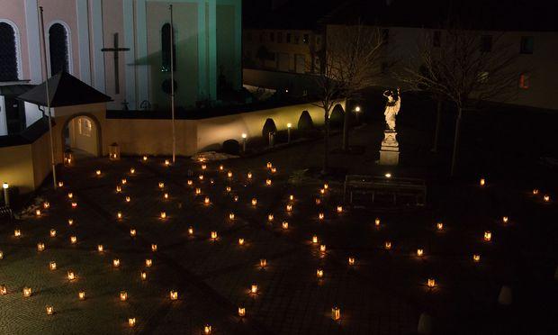 Lichtermeer vor der Aistersheimer Pfarrkirche