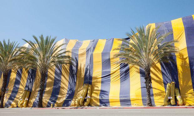 Ein Kunstwerk von Christo? Ein Zirkus? Nein, Abdeckplanen von Kammerjägern in Los Angeles.
