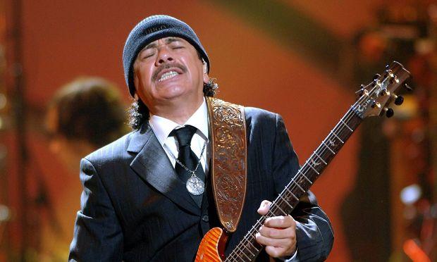 Gitarrist Carlos Santana MEX waehrend eines Konzerts anlaesslich der World Music Awards in Hollywood