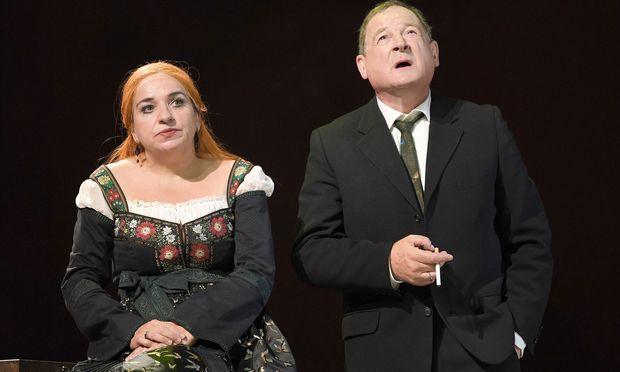 """Burhhart Klaußner als Alfred Ill und Maria Happel als Claire Zachanassian in """"Besuch der alten Dame"""""""