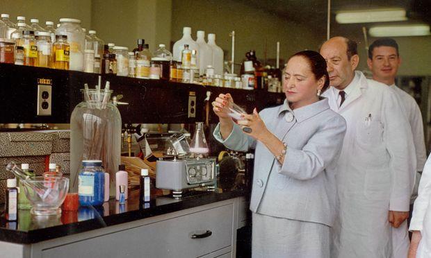 Wissenschaft. Im Labor stehend inszenierte sich die Beauty-Pionierin gern.