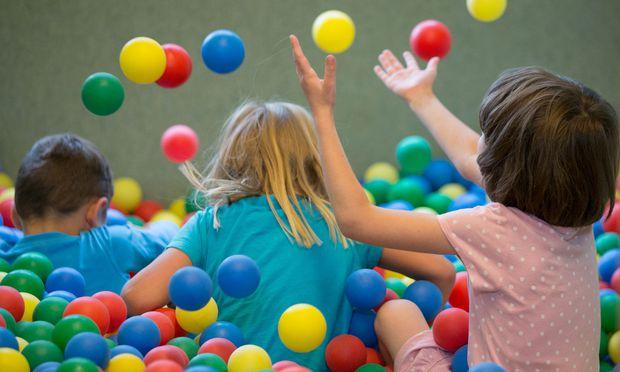 Kindergärten brauchen mehr Personal. / Bild: APA/dpa/Friso Gentsch