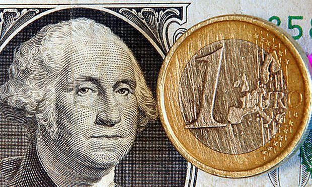 Euro fällt auf tiefsten Stand seit April 2006