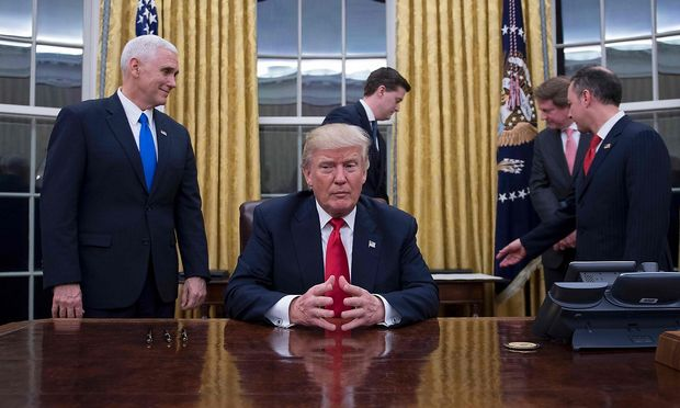 Donald Trump an seinem Schreibtisch.