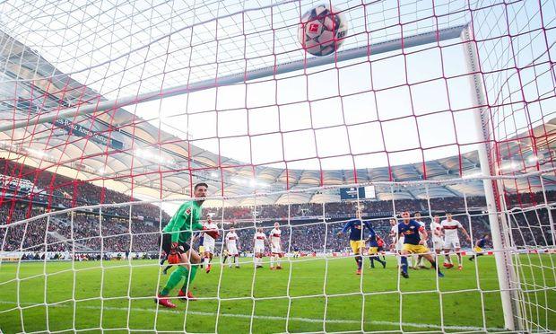 Marcel Sabitzer RB Leipzig macht das Tor zum 1 2 gegen Torhueter Ron Robert Zieler VfB Stuttgart