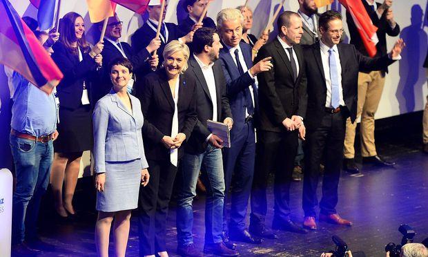 Marine Le Pen tritt erstmals auf deutschem Boden auf.