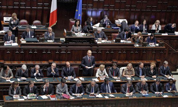 Mit seinen 21 Ministern zeigte sich Premier Letta schon im Parlament, sie werden nun von 40 Stellvertretern und Staatssekretären unterstützt.