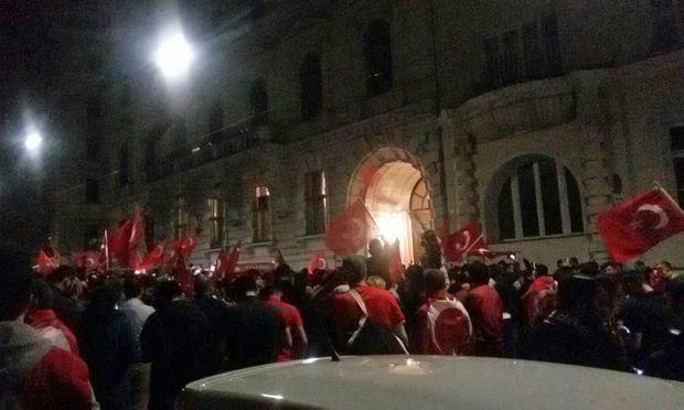 Die Demo sammelte sich vor der türkischen Botschaft