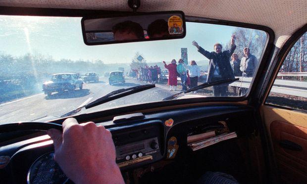 Im Trabi in den Westen: Bürger der Deutschen Demokratischen Republik überqueren im November 1989 die deutsch-deutsche Grenze.