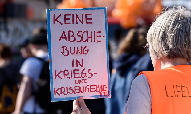 Berlin Demo Fuer Seenotrettung Seehofer wegbassen Deutschland Berlin 30 03 2019 Unter dem Mot